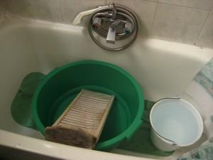 A 28 anni, la Ely scopre cosa vuol dire lavare a mano i panni